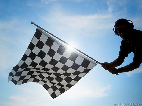 تصویری از خط پایان مسابقات اتوموبیلرانی با تاکید بر حس دستیابی به موفقیت