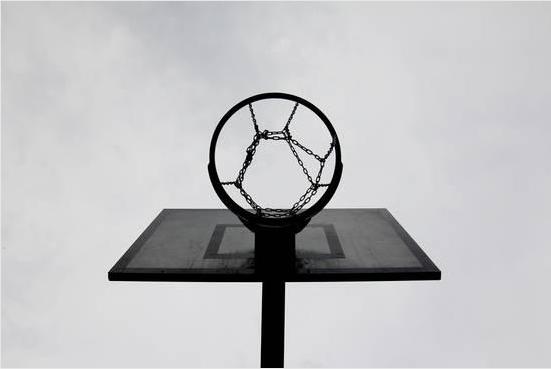 تصویر یک حلقه ی بسکتبال با مفهوم ممارست و رسیدن به پیشرفت شغلی