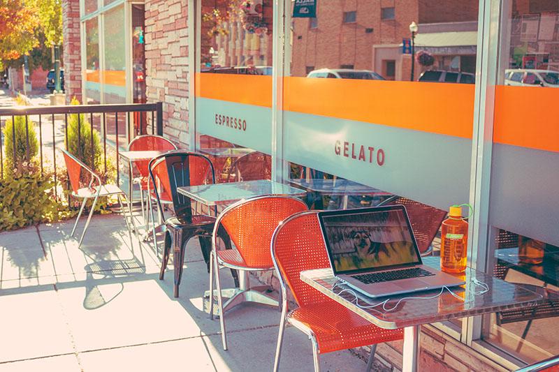 نمایی از نور آفتاب و پاییز و کار کردن در هوای آزاد