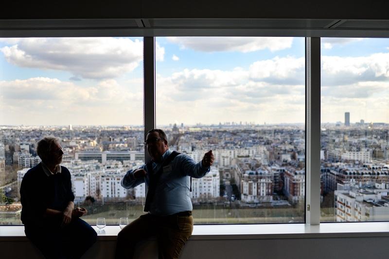 عکسی از Romain V، دو مرد در حال صحبت؛ مثالی شماتیک از گفتگوی حساس بین همکاران یا دوستان